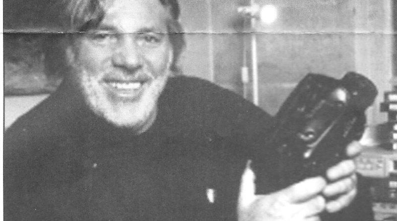 Pierre Barouh à son bureau chez lui, lors d'une ITW en 1997