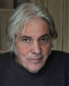 Portrait de Pierre Barouh, un artiste d'avant garde, à la fois chanteur, auteur, compositeur, musicien, producteur, acteur et cinéaste