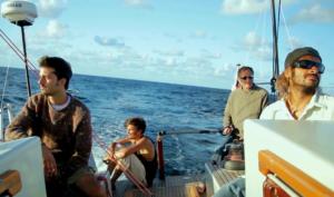 """""""Notre révolution intérieure"""", d'Alex Ferrini, une invitation à reprendre en main la barre de navigation de notre vie, à travers l'histoire de trois jeunes et leur coéquipier sur un bateau en pleine mer."""