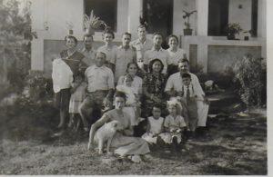 Euclides et Emília Oliveira De Alvarenga devant leur maison à Santa Izabel (Rio). Ils sont entourés par quelques uns de leurs 15 enfants, conjoints et petits-enfants.