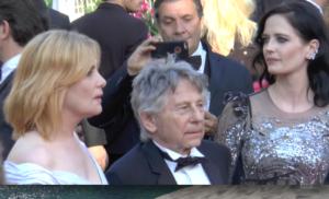 Le réalisateur Roman Polanski entouré d'Emmanuelle Seigner et Eva Green sur le tapis rouge du Festival de Cannes 2017.